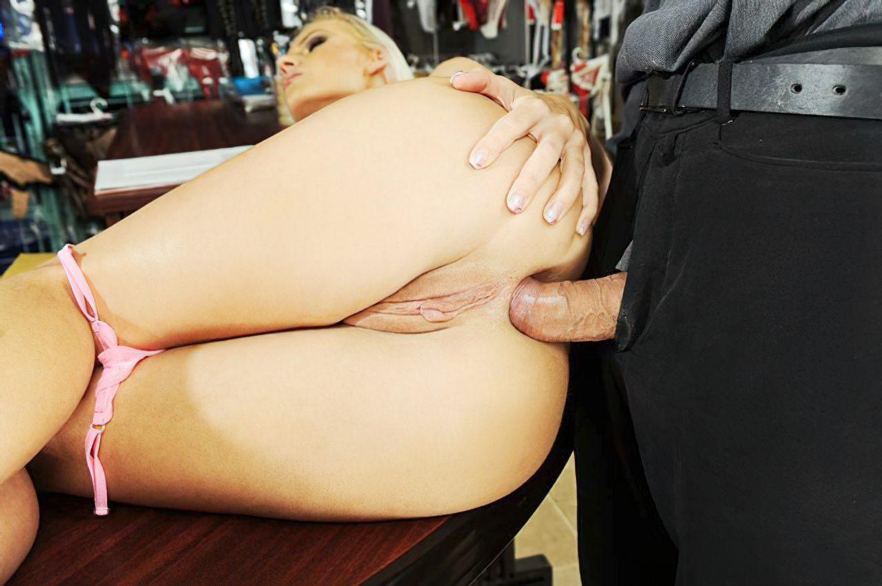 Sexo Anal em Cima da Mesa