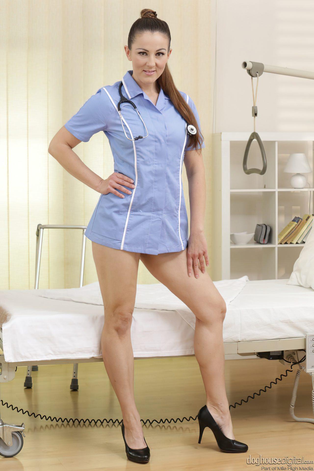 Enfermeira Peluda Tratando Paciente (1)
