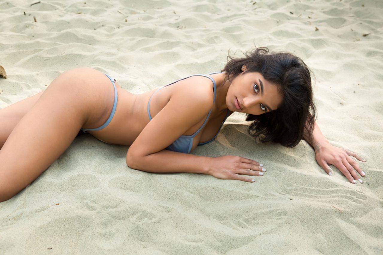 Morena Linda na Praia (2)