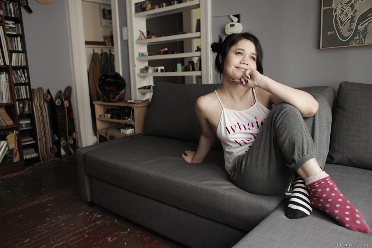 Adolescente Abrindo Buceta Sofa (1)